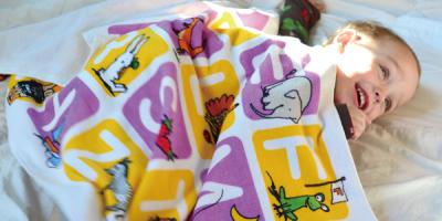 ユニークなオリジナル知育玩具を提供する「ばりばりくん.com」から7月7日、見て聴いて、使って遊んで歌える「ABCタオル」が新発売!バスタオル2枚+絵本+Wordゲーム+ABCソングのセットです。