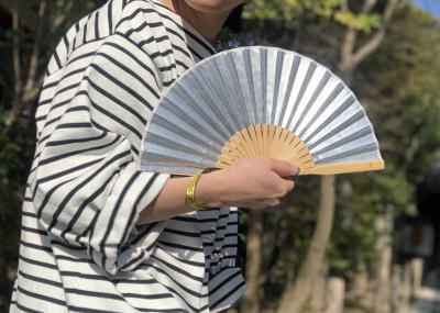 現代の暮らしに合う扇子を提供する西川庄六商店(R)が 「こまめな風で体温調整を」とストラップ付扇子を発表